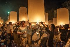 愉快地发布灯笼在伊彭节日,泰国的泰国家庭 图库摄影