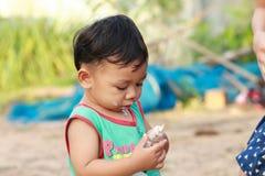 愉快地吃冰淇凌的男孩 免版税库存照片