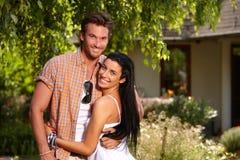 愉快地微笑有吸引力的爱恋的夫妇 免版税库存照片