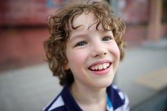 愉快地微笑的男孩 免版税库存图片