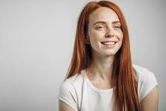 愉快地微笑红头发人的女性,在她的第一天准备在新的工作 免版税库存图片