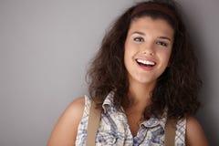 愉快地微笑美丽的女性 库存照片