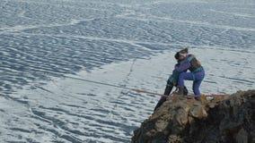 愉快地拥抱在山顶部的两个年轻女人登山人 股票录像