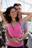 愉快地拥抱新的夫妇 免版税图库摄影