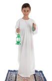 愉快地捉住赖买丹月灯笼和念珠的年轻男孩 库存图片