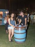 愉快地摆在一个装饰啤酒酒桶附近的一对年轻夫妇在传统每年啤酒节日在海法,以色列 免版税库存图片