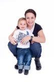 愉快地摆在的母亲和的儿子 库存照片