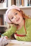 愉快地绘逗人喜爱的Litte的女孩 免版税库存图片