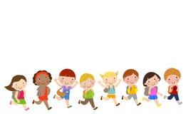 愉快地跑学校的孩子 免版税库存照片