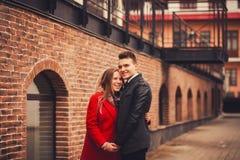 年轻愉快夫妇拥抱室外 库存图片