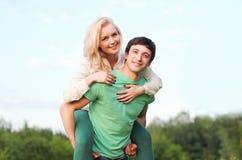 愉快夫妇的乐趣有年轻人 免版税库存图片