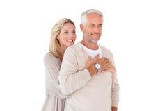 愉快夫妇身分和拥抱 免版税库存照片