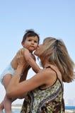 愉快她亲吻的母亲儿子 免版税库存图片