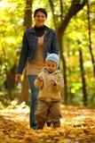 愉快她小的母亲年轻人 免版税库存照片