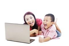 愉快她的母亲儿子 免版税库存图片
