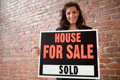 愉快她的被出售的房主房子 免版税库存照片