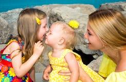 愉快妈妈和儿童女孩拥抱 童年和家庭的概念 美丽的母亲和她的室外小的女儿 免版税库存图片