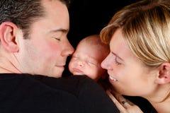 愉快婴孩的夫妇 库存照片