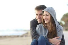 愉快少年夫妇拥抱室外 免版税图库摄影