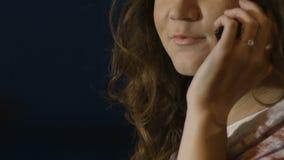 愉快年轻女性谈话在智能手机,微笑和笑,通信 影视素材