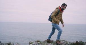 愉快年轻的人敬佩莫赫悬崖风景,他非常被铭记地方,他在上面在a旁边 影视素材