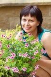 愉快微笑的中年妇女从事园艺 免版税库存图片