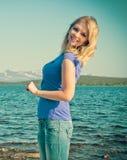 愉快微笑的妇女年轻室外生活方式旅行 免版税库存图片