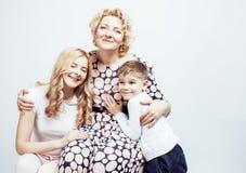 愉快微笑的家庭一起摆在快乐在白色背景、生活方式人概念,母亲有儿子的和少年 免版税库存图片