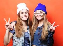 愉快微笑相当十几岁的女孩或朋友拥抱和showi 免版税库存照片