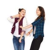 愉快微笑相当十几岁的女孩跳舞 库存图片
