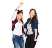 愉快微笑相当十几岁的女孩跳舞 免版税图库摄影