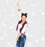 愉快微笑相当十几岁的女孩跳舞 免版税库存照片