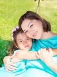 愉快怀孕亚洲妈妈和儿童女孩拥抱 童年和家庭的概念 美丽的室外母亲和她的婴孩 库存图片