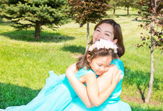 愉快怀孕亚洲妈妈和儿童女孩拥抱 童年和家庭的概念 美丽的室外母亲和她的婴孩 库存照片