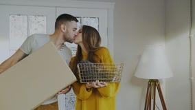 愉快愉快的夫妇进入他们新的家在第一次 女朋友他亲吻的人年轻人 免版税库存图片