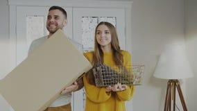 愉快愉快的夫妇进入他们新的家在第一次 免版税库存照片