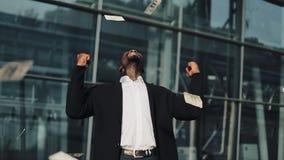 愉快成功的商人从银行存款,低息贷款接受高百分比 他在银行附近的身分外部或 股票录像