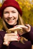 愉快找到的女孩有蘑菇陈列 免版税图库摄影