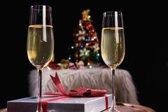 愉快放松在党、两块香槟玻璃和闪闪发光, Chri 库存图片