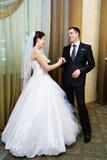 愉快新娘滑稽的新郎的现有量他的环&# 免版税库存图片