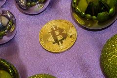 愉快新Bitcoin年两真正硬币Bitcoins- cryptocurrency标志、成功题材、利润增长和红色圣诞节球与 免版税库存照片