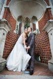 愉快曲拱美丽的新娘的新郎 库存图片