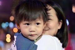 愉快母亲和儿子看 免版税库存图片