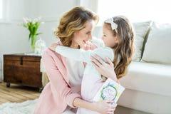 愉快母亲和女儿拥抱 库存图片