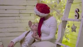 愉快母亲和女儿谈的在家说谎在圣诞树附近 影视素材