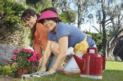 愉快母亲和女儿从事园艺 图库摄影