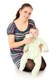 愉快母亲喂养她的婴孩 免版税库存照片