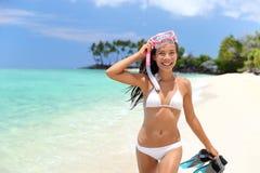 愉快比基尼泳装的妇女获得在热带海滩的乐趣 免版税库存照片