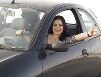 愉快汽车的女孩 免版税库存照片