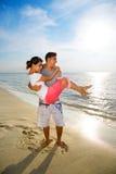 愉快海滩的夫妇 库存照片